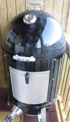 Lid on top of smoker body